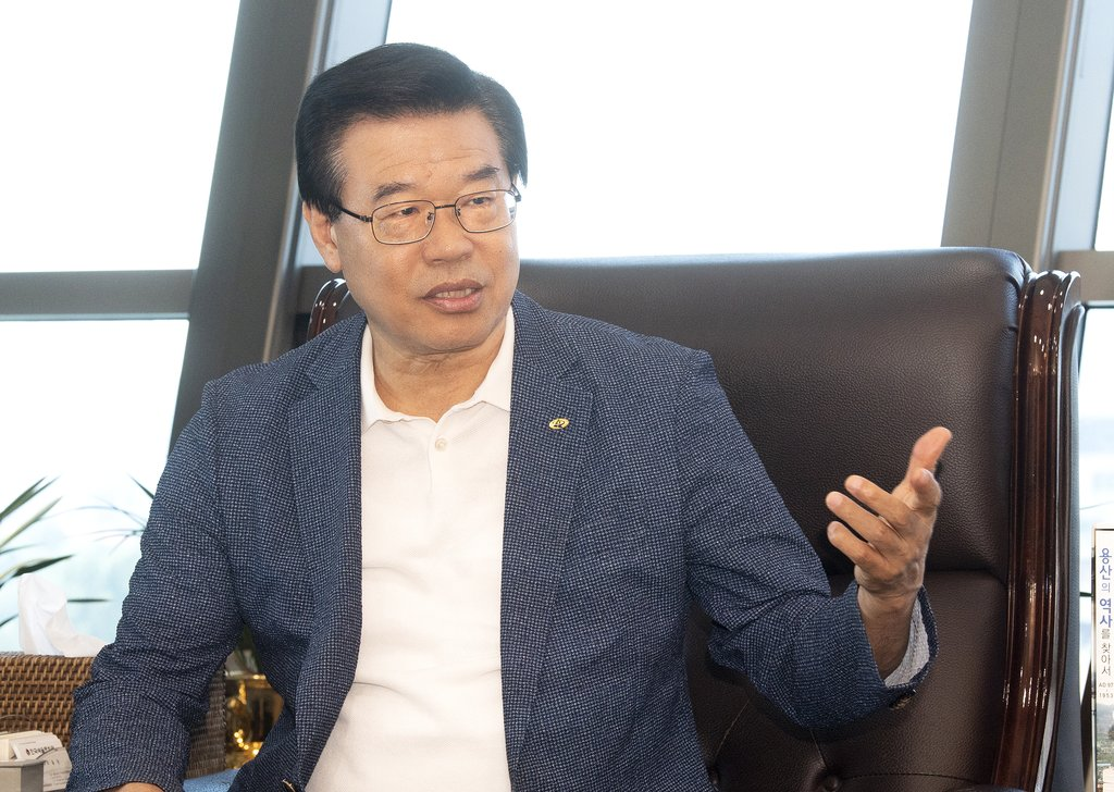 This file photo, provided by Yongsan Ward, shows Yongsan Mayor Sung Jang-hyun giving an interview to Yonhap News Agency at his office in Seoul on July 26, 2021. (PHOTO NOT FOR SALE) (Yonhap)