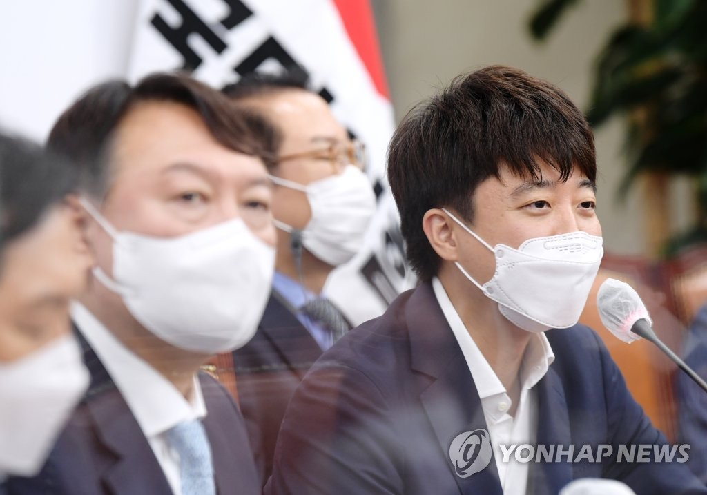 Lee Jun-seok (R), leader of the People Power Party, and Yoon Seok-youl, a front-runner in the presidential race (Yonhap)