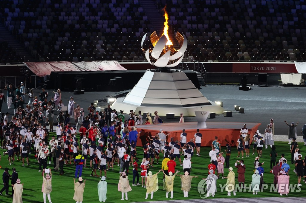 Athletes and officials march into the National Stadium in Tokyo for the closing ceremony of the Tokyo Olympics on Aug. 8, 2021. (Yonhap)
