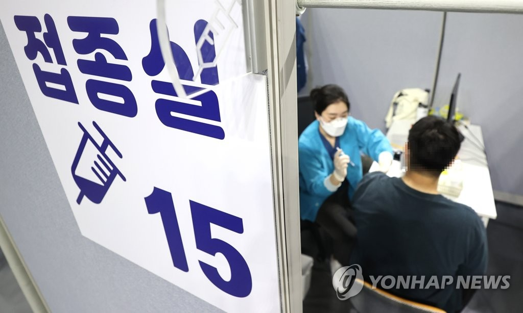 A visitor receives a COVID-19 jab at a makeshift inoculation center in southern Seoul on Aug. 30, 2021. (Yonhap)