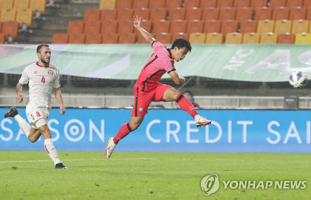 Hwang Hee-chan of South Korea (R) takes a shot against Lebanon during the teams' Group A match in the final Asian qualifying round for the 2022 FIFA World Cup at Suwon World Cup Stadium in Suwon, Gyeonggi Province, on Sept. 7, 2021. (Yonhap)