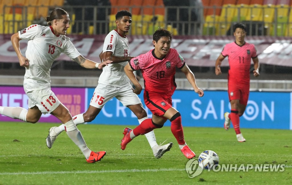 Lee Dong-gyeong of South Korea (R) dribbles the ball past Felix Melki (L) and Walid Shour (C) of Lebanon during the teams' Group A match in the final Asian qualifying round for the 2022 FIFA World Cup at Suwon World Cup Stadium in Suwon, Gyeonggi Province, on Sept. 7, 2021. (Yonhap)